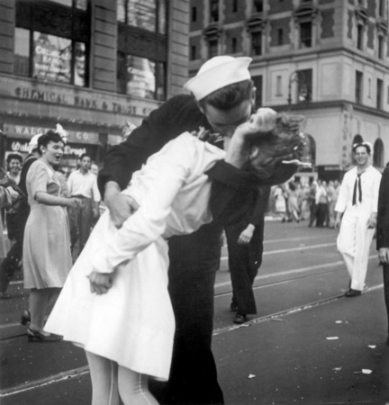 vj-day-sailor-kissing-nurse-world-war-iijpg-774e301a93aa563e_large